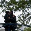 064 baiser sur la passerelle